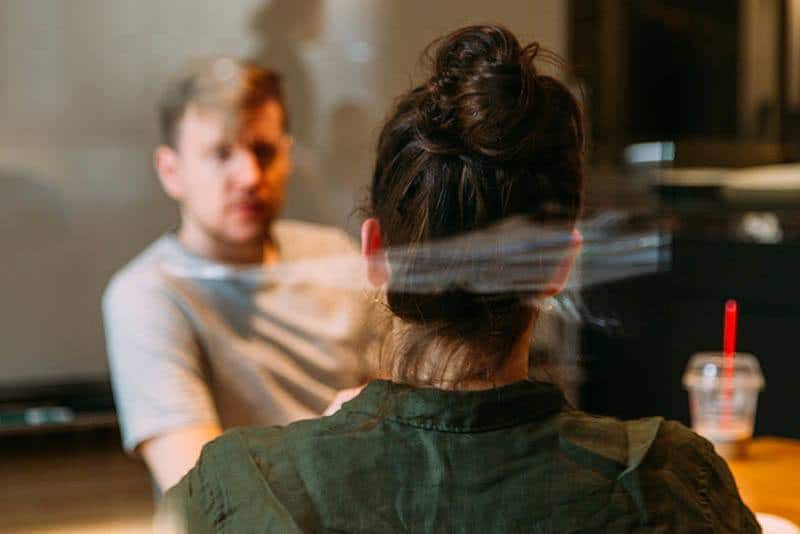 flaches Fokusfoto von Mann und Frau, die im Café sprechen