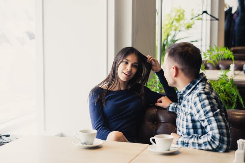 glückliches Paar, das in einem Café spricht