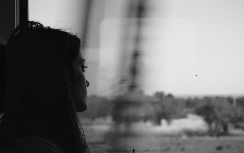 traurige Frau reisen mit dem Zug allein