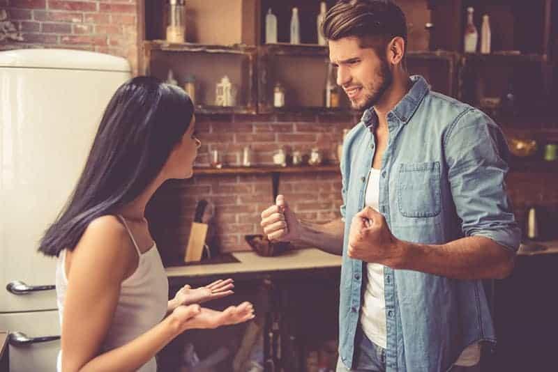 wütender Mann im Gespräch mit seiner verärgerten Freundin