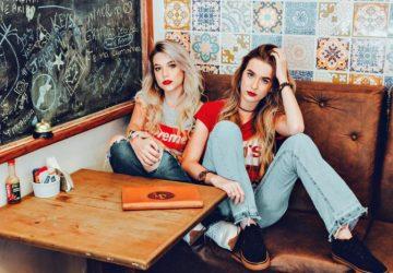 zwei Freunde, die in einem Sessel liegen
