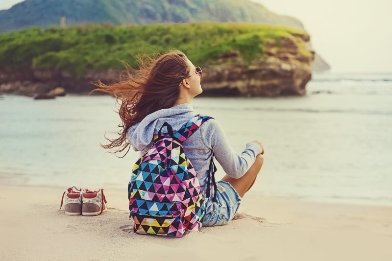 Das Mädchen genießt den Blick auf das Meer