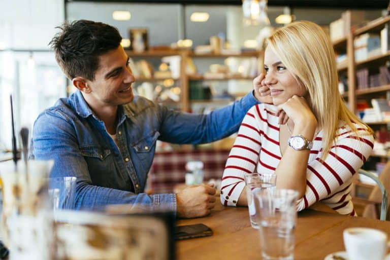 Ein Mann, der mit einer Frau flirtet