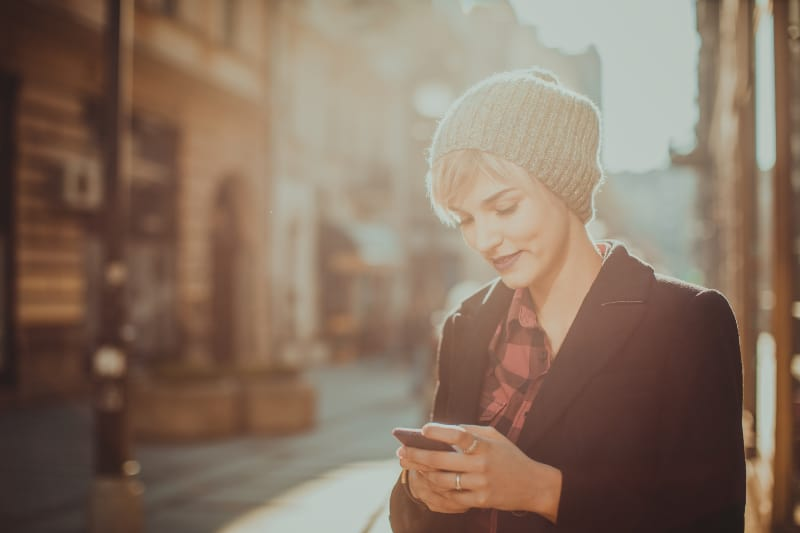 Frau auf der Straße stehen