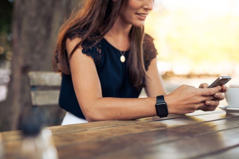 Frau, die Textnachricht schreibt