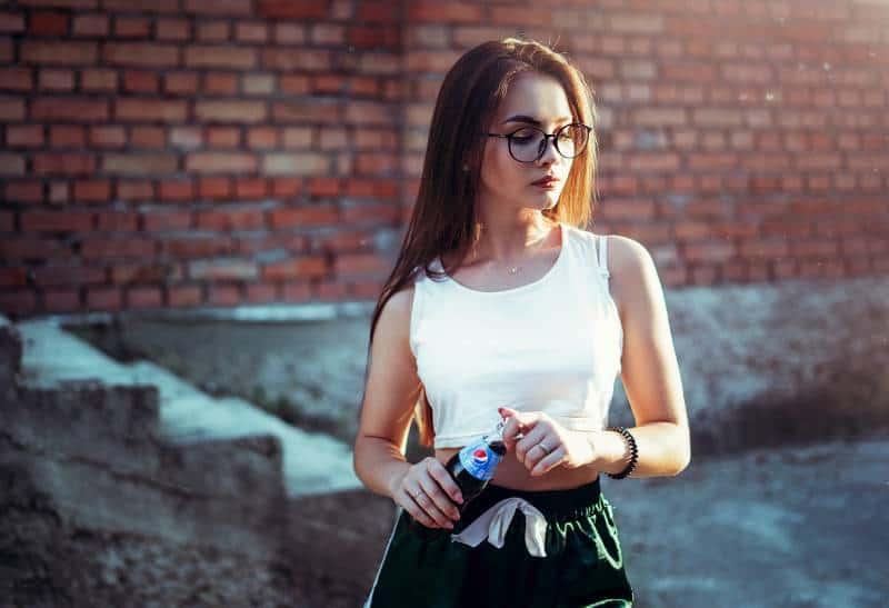 Frau hält Pepsi Flasche