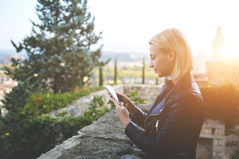 Frau liest Textnachricht