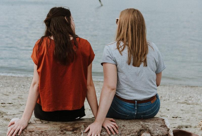 Freunde reden auf dem Stein