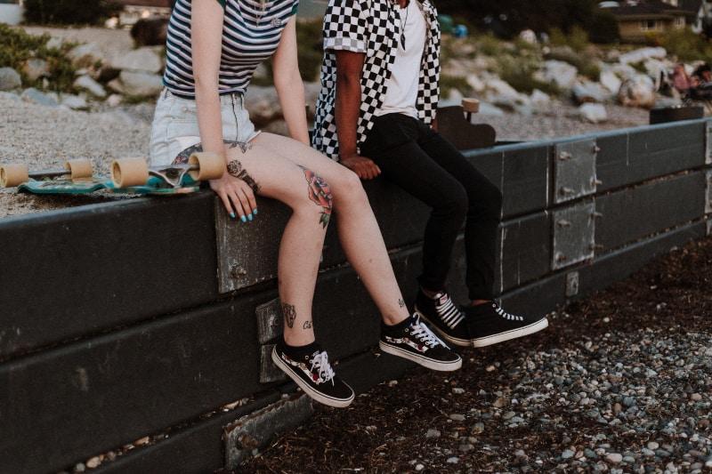 Zwei Leute sitzen an der Wand