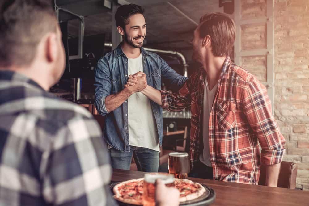 drei Freunde in einer Pizzeria
