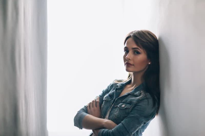 ein Mädchen an eine Wand gelehnt