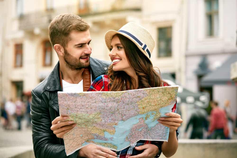ein liebendes Paar auf einer Reise