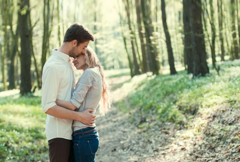 ein schönes junges Paar, das in der Natur umarmt