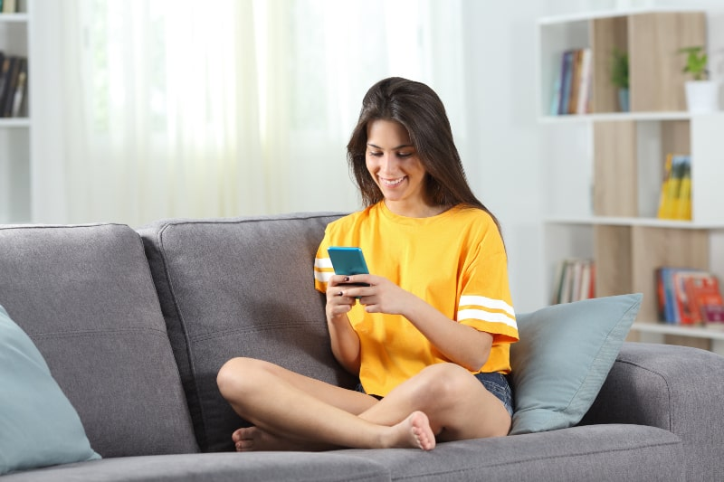 glücklicher Teenager im gelben Hemd