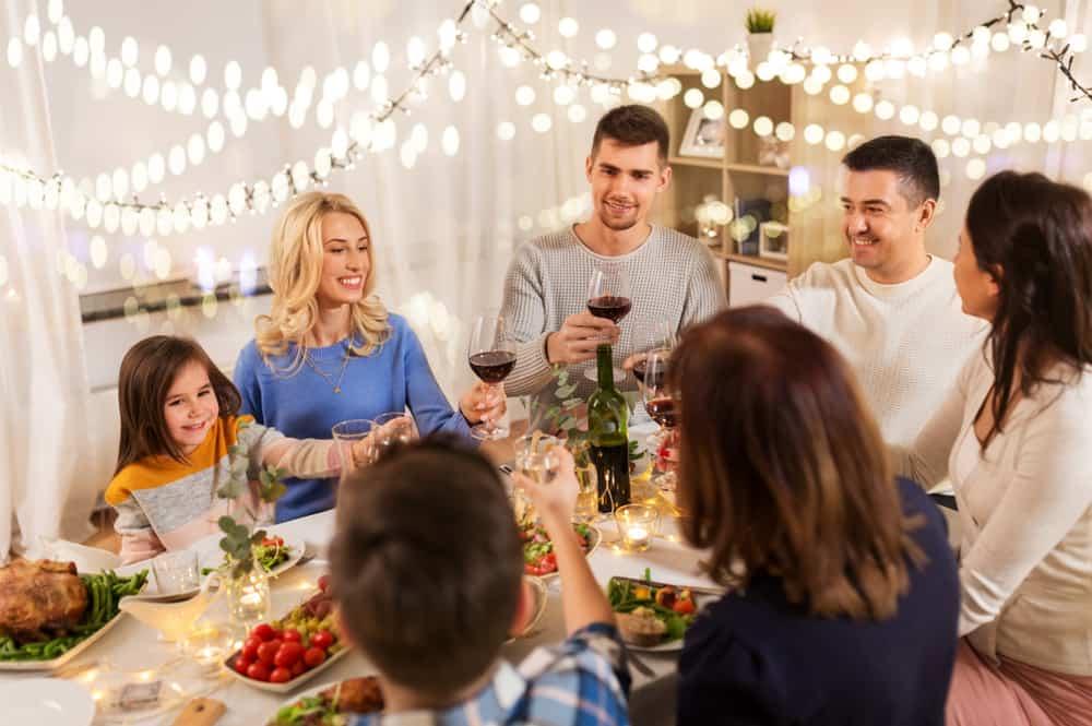 große glückliche Familie beim Abendessen