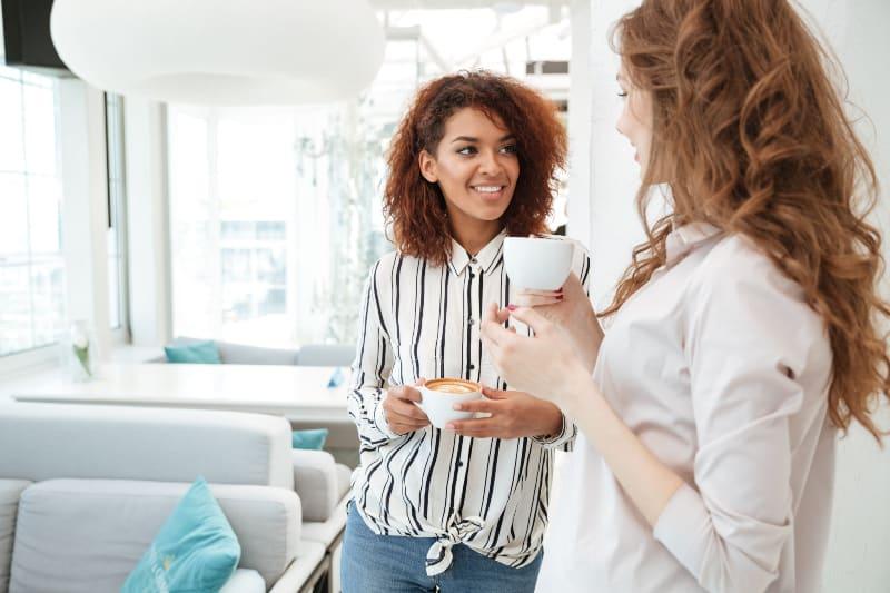 lächelnde Freunde, die im Café sprechen
