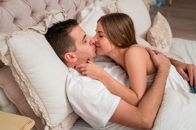 Das Mädchen mit geschlossenen Augen küsst den Kerl