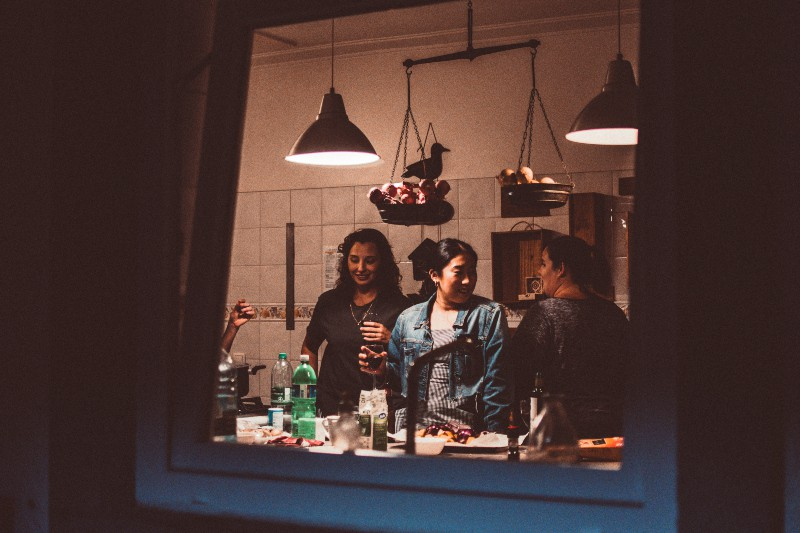 Drei Frauen stehen im Zimmer