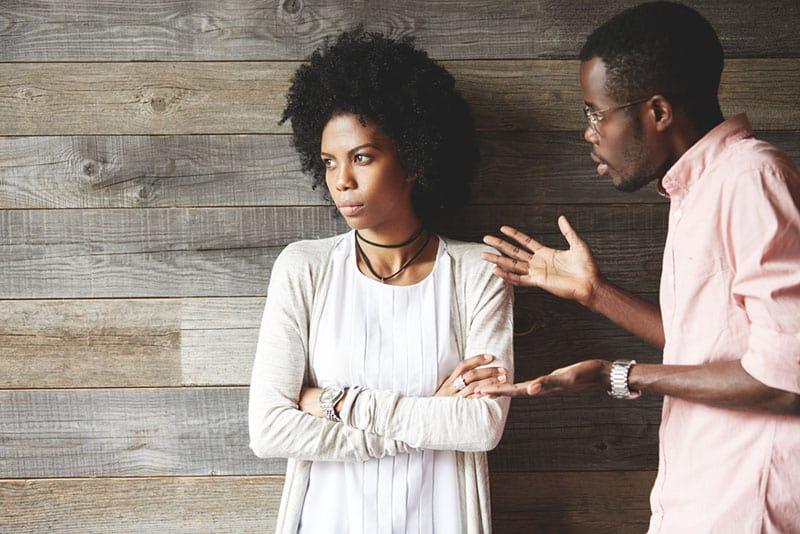 Ein Mann streitet mit einer Frau, als sie wegschaut