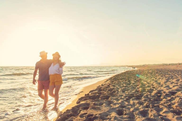 Ein Mann und eine Frau gehen am Meer entlang
