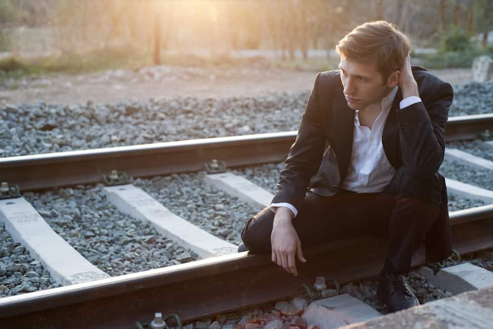 Ein enttäuschter Mann sitzt auf der Strecke