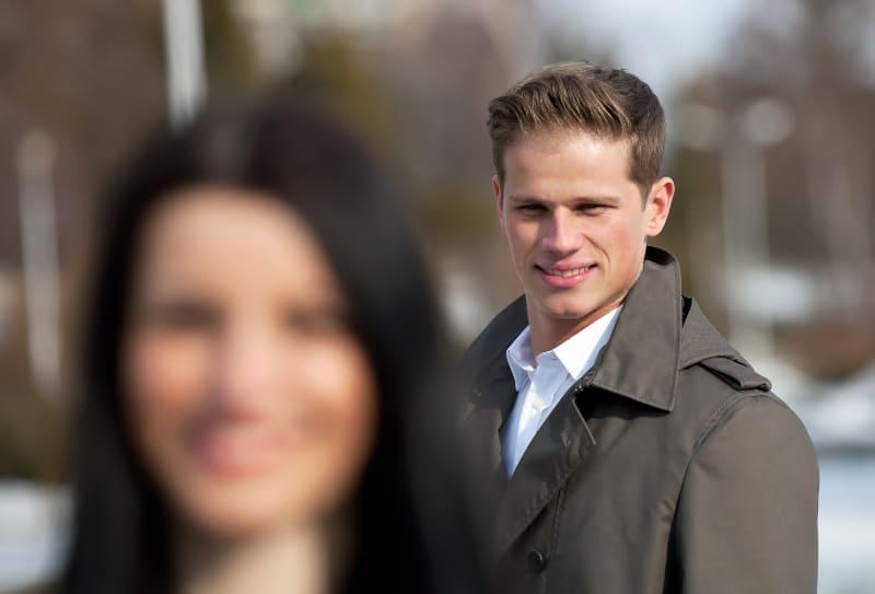 Ein junger Mann flirtet auf der Straße