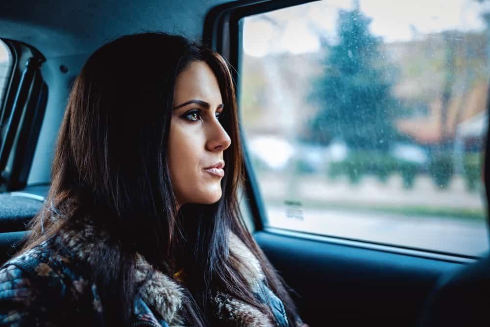Ein trauriges Mädchen sitzt im Auto