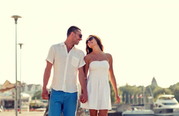 Ein verliebtes Paar geht die Straße entlang