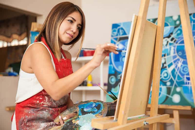 Frau malt zu Hause