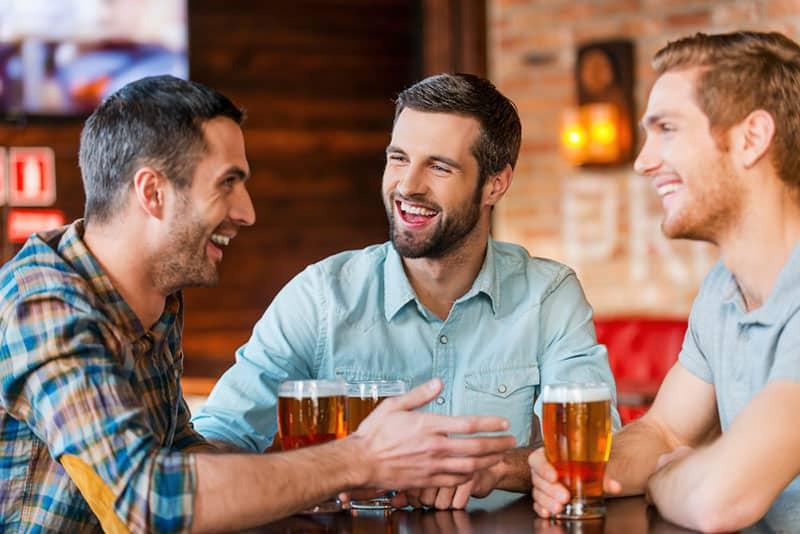 Freunde trinken Bier und reden