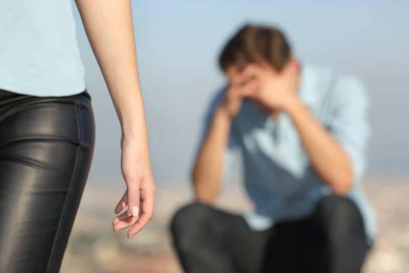Freundin verlässt ihren Mann, während er traurig sitzt