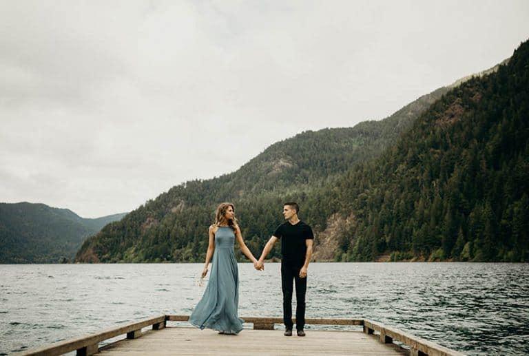 Ein Mann und eine Frau gehen um das Dock herum