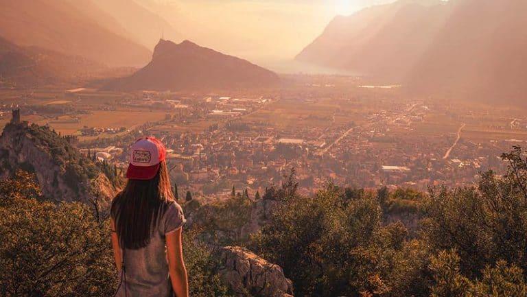 Mädchen, oben auf dem Berg, Stadt beobachtend