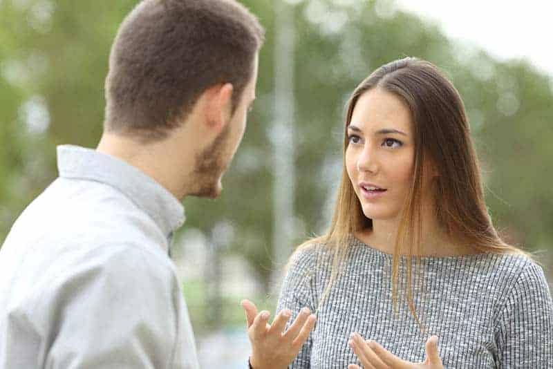 Mann und Frau führen ernsthafte Gespräche