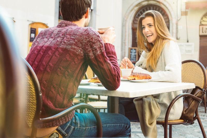 Paar aus im Restaurant