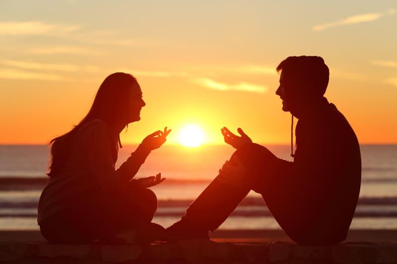 Paar reden und lachen