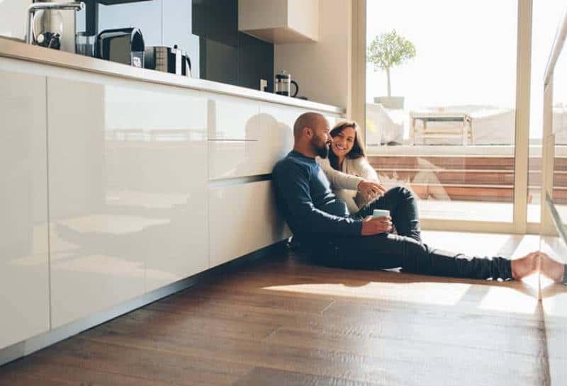 Paar sitzt in der Küche zu Hause
