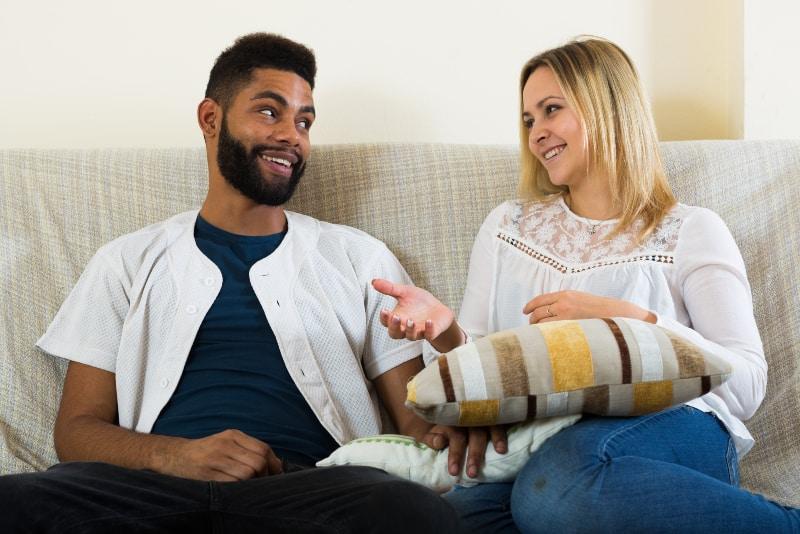 Paar spricht über Party