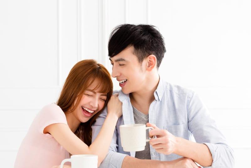 Paar zu Hause zusammen entspannen