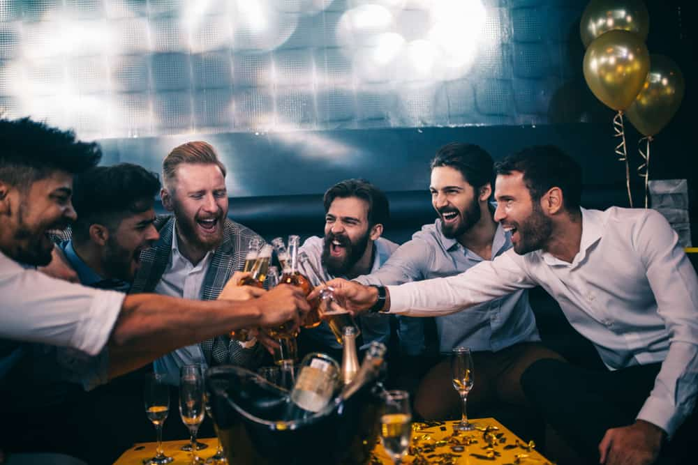 Sechs Freunde stoßen im Club an