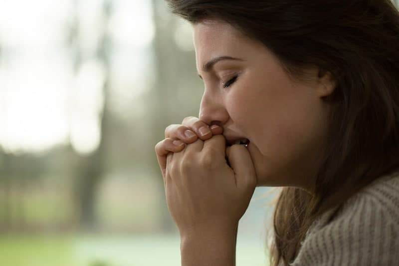 Seitenansicht der Frau, die zu Hause weint