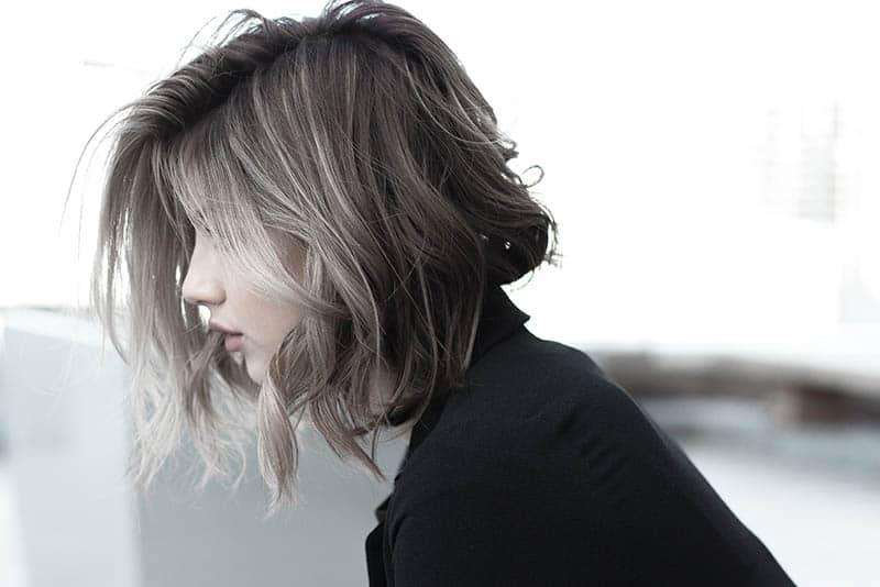 Seitenansicht der jungen Frau mit kurzen Haaren
