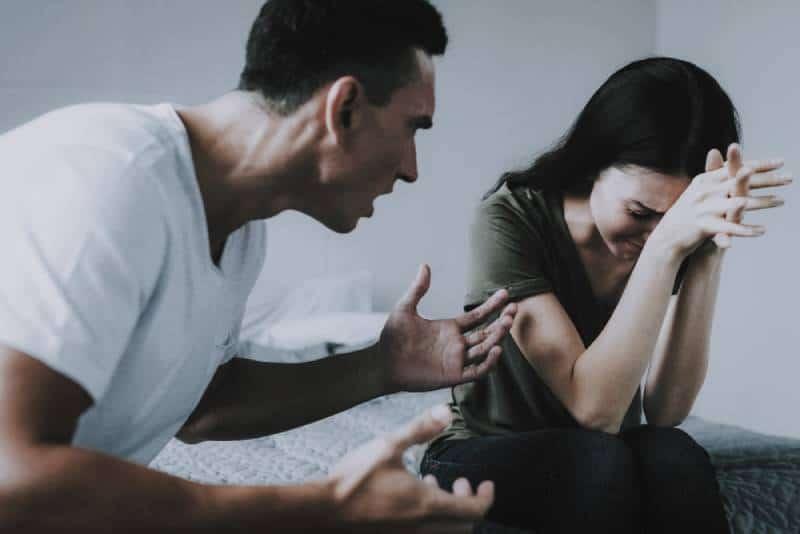 Verärgerter Ehemann schreit weinende Frau während des Streits an