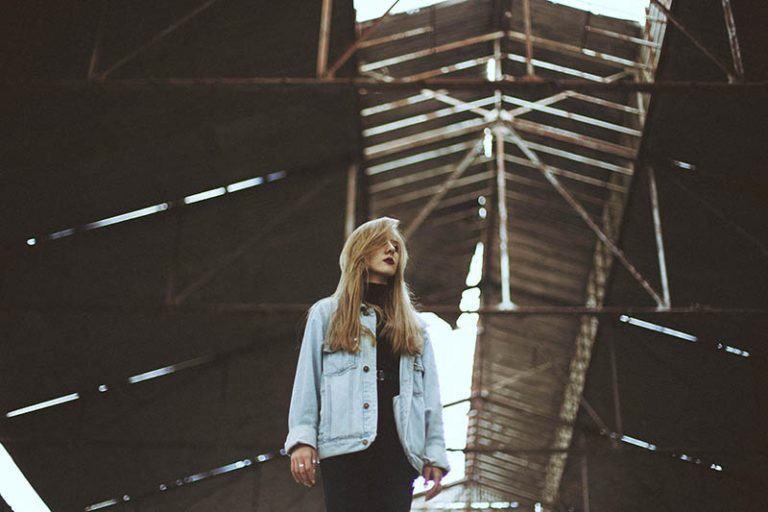 ein junges Mädchen in einem alten verlassenen Gebäude