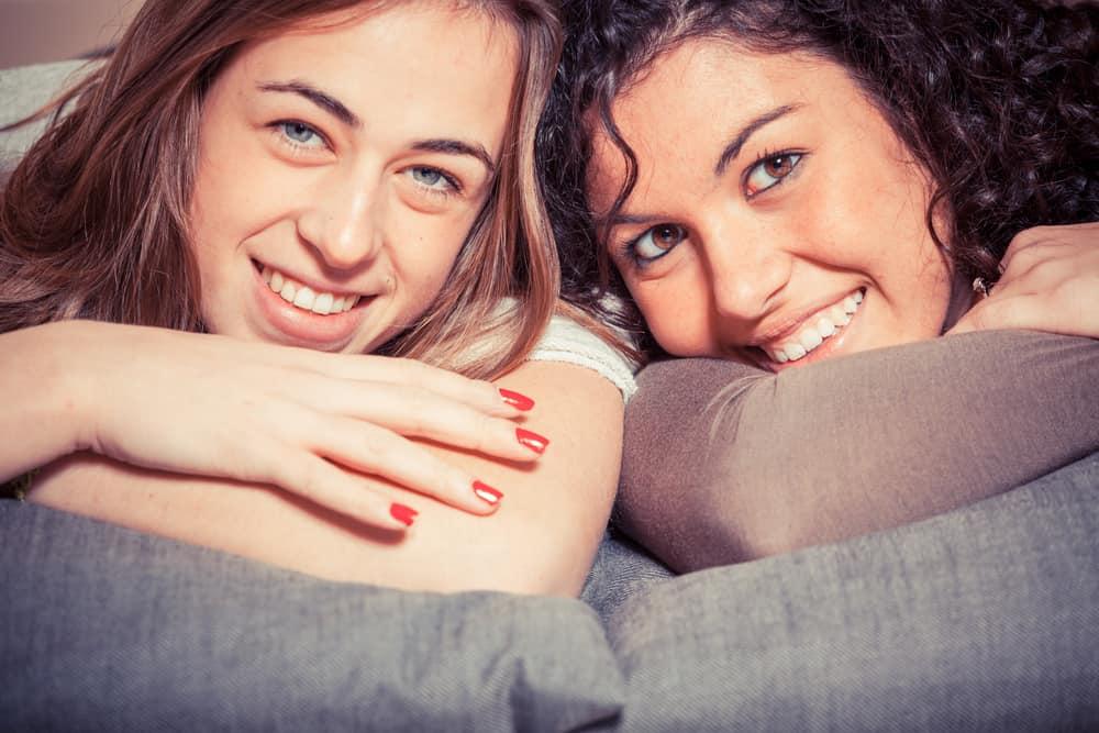Zwei glückliche Freunde liegen nebeneinander