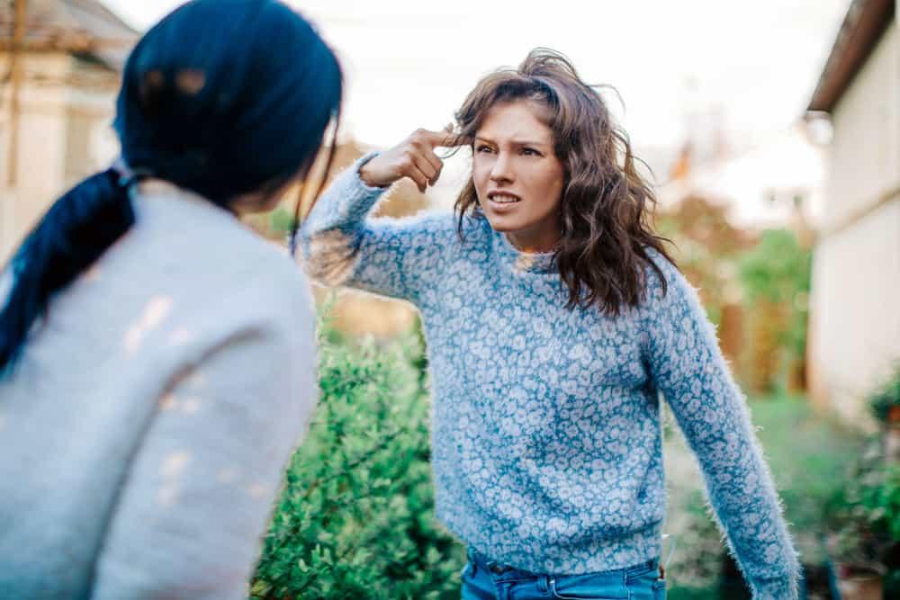 Zwei wütende Frauen streiten sich draußen