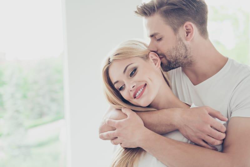 attraktives süßes schönes Paar