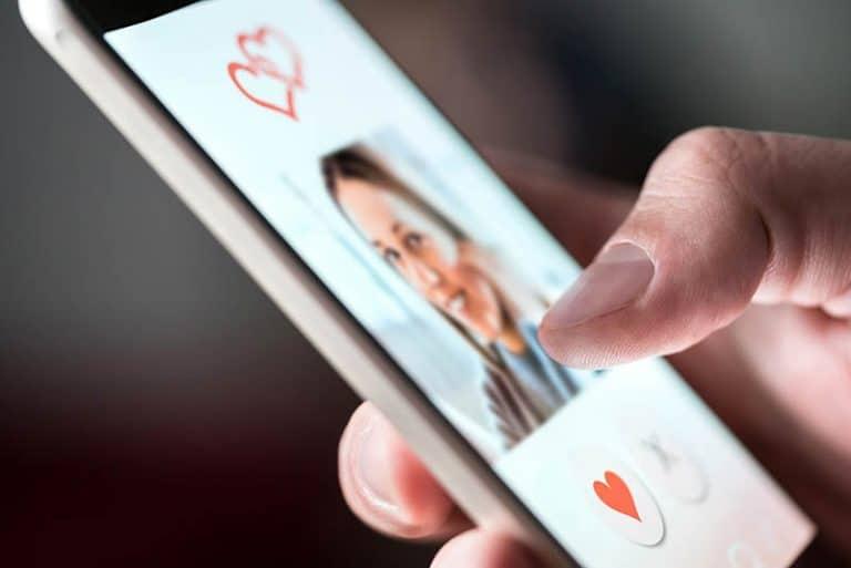 die Person, die das Handy hält und anzeigt, dass sie das Bild mag