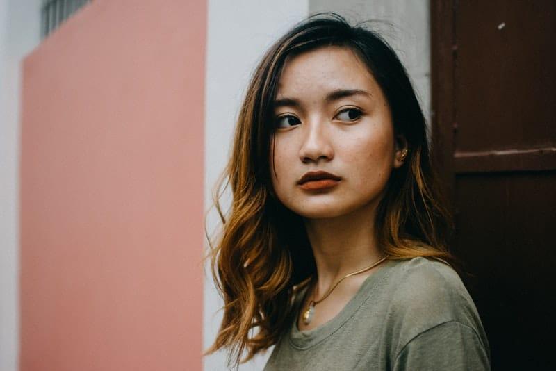 ein Porträt eines schönen traurigen Mädchens