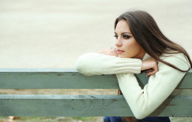 ein imaginäres Mädchen auf einer Parkbank